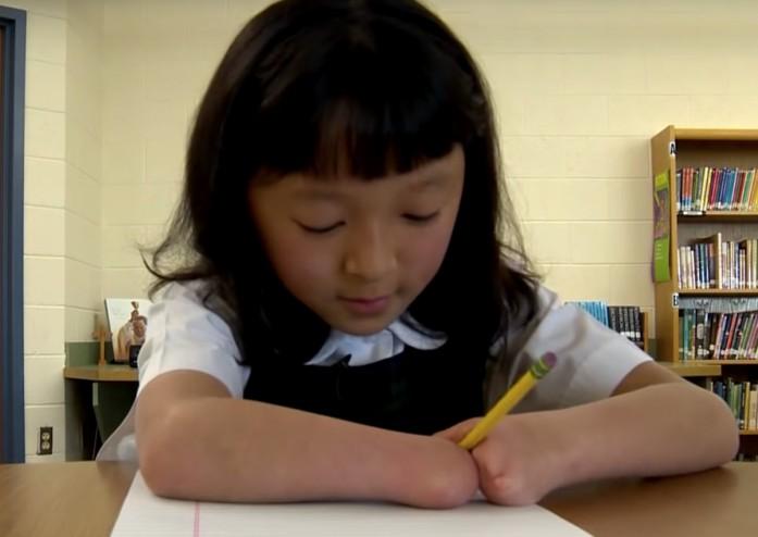 https: img-k.okeinfo.net content 2019 04 25 18 2048029 lahir-tanpa-tangan-gadis-10-tahun-menangi-kontes-menulis-di-as-C5MfPvPXXD.jpg