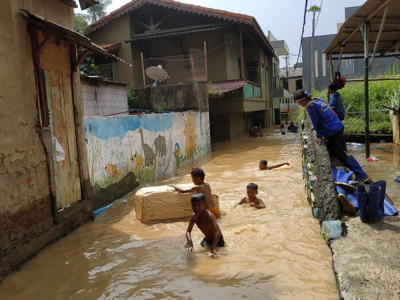 https: img-k.okeinfo.net content 2019 04 26 338 2048364 korban-banjir-pengadegan-timur-jaksel-belum-dapat-bantuan-makanan-176wKds4D8.jpeg