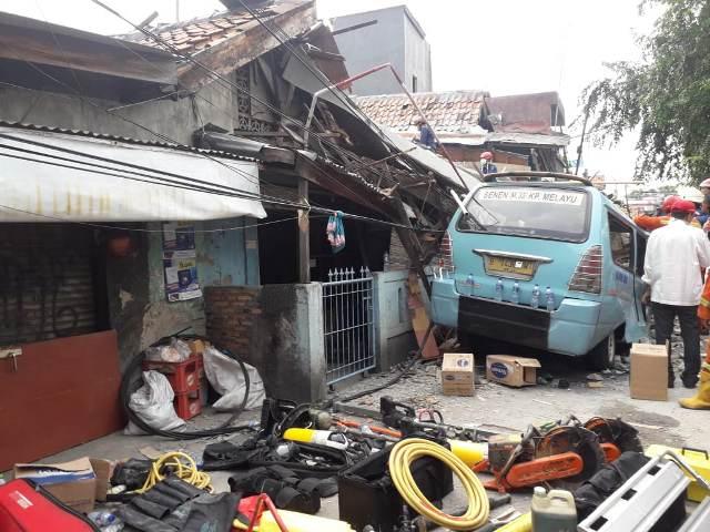 https: img-k.okeinfo.net content 2019 04 26 338 2048376 1-orang-meninggal-dan-3-lainnya-terluka-akibat-rumah-ambruk-di-tanah-tinggi-0KlNI3mJ0Q.jpg