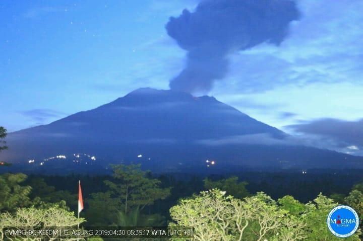 https: img-k.okeinfo.net content 2019 04 30 244 2049760 gunung-agung-erupsi-2-kecamatan-terpapar-hujan-abu-iIqTSR5G7t.jpg