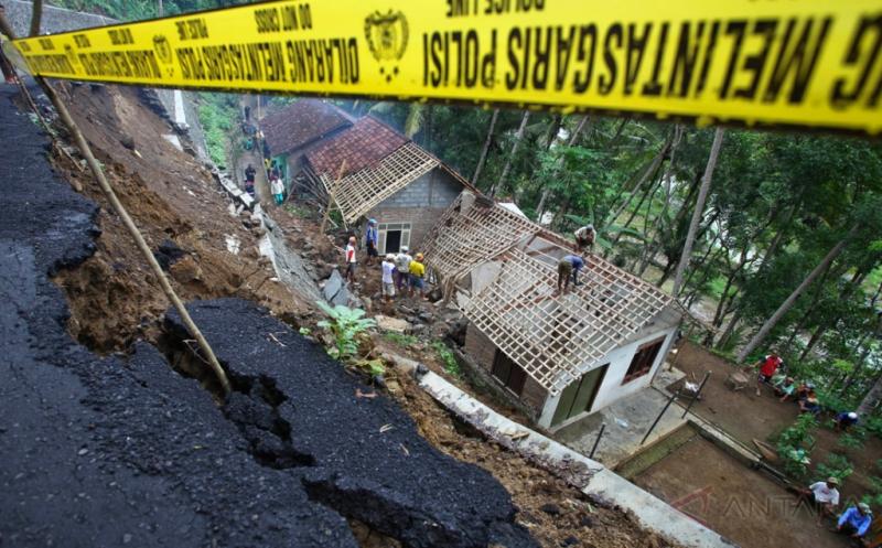 https: img-k.okeinfo.net content 2019 04 30 337 2049715 semarang-jadi-daerah-tanah-ambles-paling-parah-di-indonesia-bukan-jakarta-jfya9AxHhJ.jpg