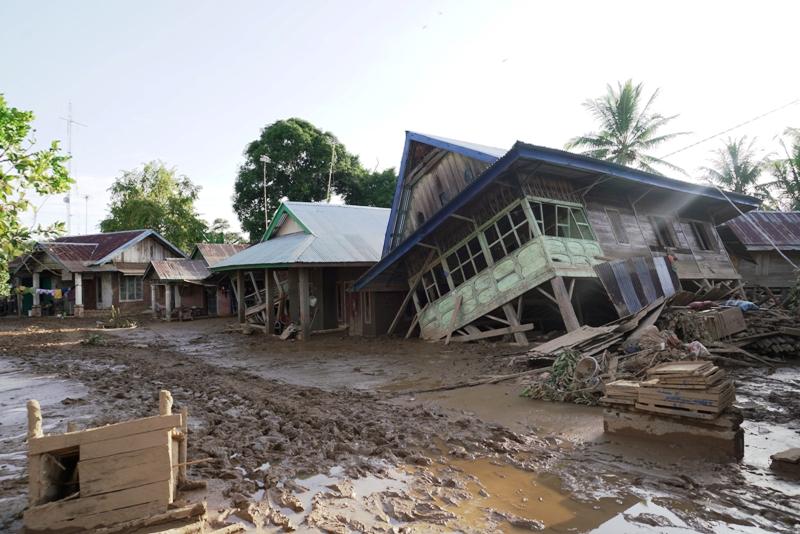 https: img-k.okeinfo.net content 2019 05 01 340 2050379 disapu-banjir-bandang-satu-desa-di-bengkulu-nyaris-tenggelam-ditutupi-lumpur-010mnaNzB6.JPG