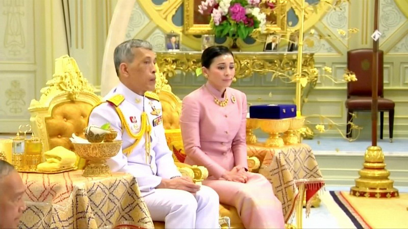 https: img-k.okeinfo.net content 2019 05 02 18 2050467 beberapa-hari-sebelum-dinobatkan-raja-thailand-nikahi-pengawal-pribadinya-JA91VfJNUA.jpg