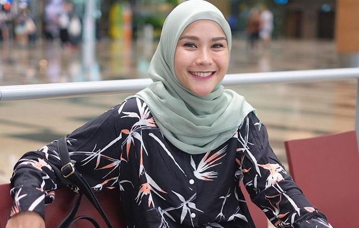 https: img-k.okeinfo.net content 2019 05 06 194 2052309 5-style-hijab-zaskia-adya-mecca-inspirasi-untuk-bukber-Dy3N1Kftue.jpg