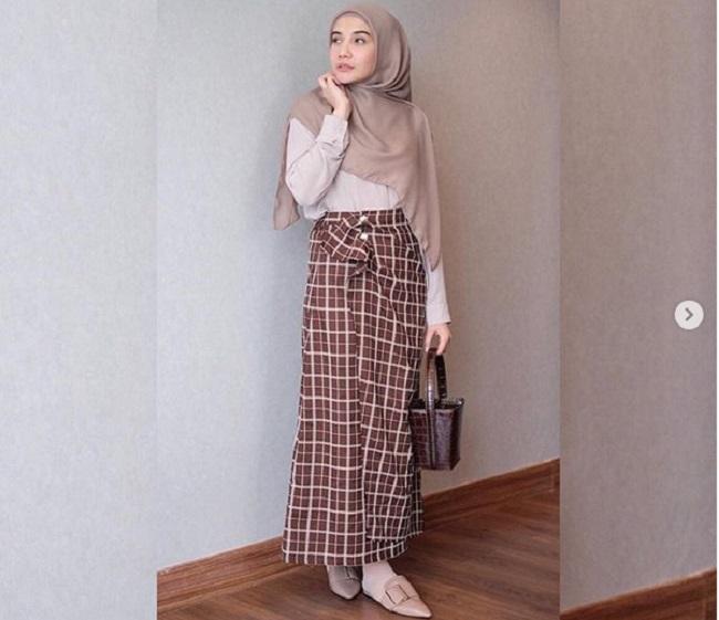 https: img-k.okeinfo.net content 2019 05 07 194 2052409 gaya-hijab-chic-ala-zaskia-sungkar-untuk-hangout-dan-buka-puasa-gG6AYjGDsX.jpg