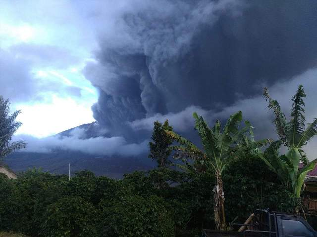 https: img-k.okeinfo.net content 2019 05 07 608 2052434 gunung-sinabung-kembali-erupsi-tinggi-kolom-abu-hingga-2-000-meter-unUgE9wpjC.jpg