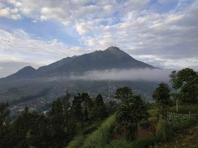https: img-k.okeinfo.net content 2019 05 09 510 2053399 gunung-merapi-kembali-muntahkan-guguran-lava-pijar-sejauh-650-meter-1yvbADtvqA.jpg