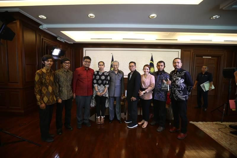 https: img-k.okeinfo.net content 2019 05 10 18 2053848 pm-malaysia-angkat-bicara-soal-saling-klaim-batik-dengan-indonesia-9MEg3KXSHV.jpeg