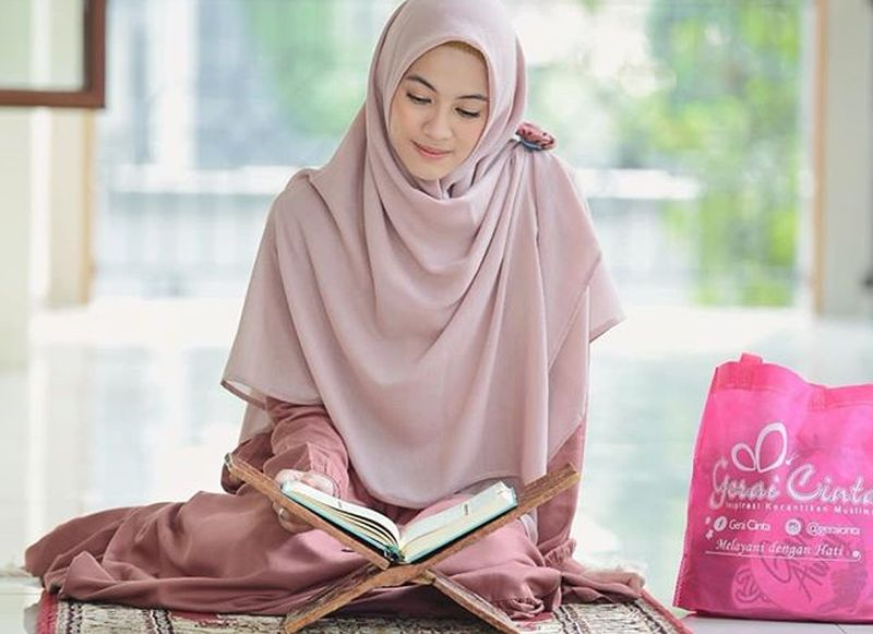 https: img-k.okeinfo.net content 2019 05 13 194 2055239 hijab-style-ala-alyssa-soebandono-cocok-untuk-hangout-setelah-tarawih-agrvCukt1D.jpg