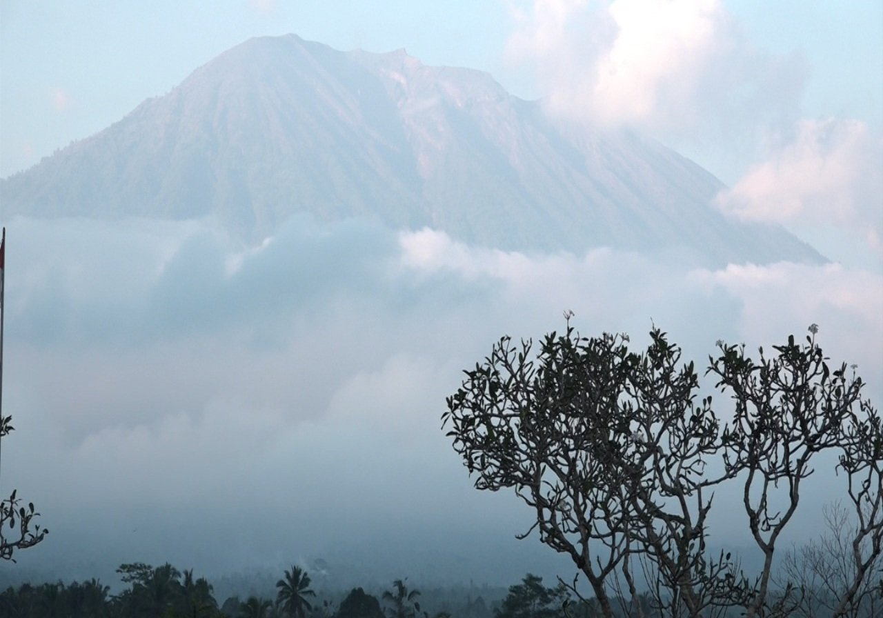 https: img-k.okeinfo.net content 2019 05 13 244 2054877 pasca-erupsi-gunung-agung-warga-diminta-hindari-zona-bahaya-Vp9v0WdliH.jpg