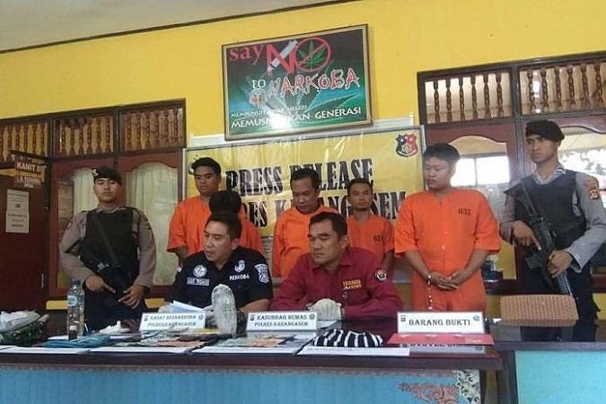 https: img-k.okeinfo.net content 2019 05 14 244 2055428 asyik-pesta-narkoba-4-warga-karangasem-ditangkap-WLmwj6061l.jpg