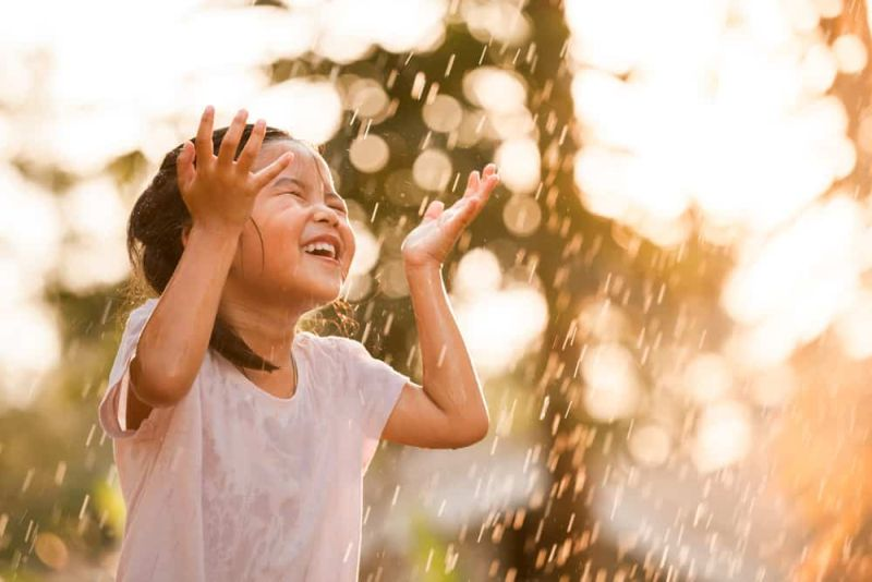 https: img-k.okeinfo.net content 2019 05 17 481 2056849 tak-perlu-takut-jika-anak-anak-main-hujan-ini-4-tips-biar-mereka-tetap-sehat-6pkrKxiaVG.jpg