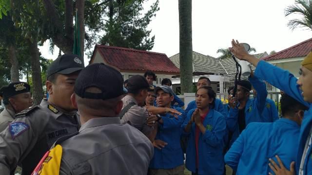 https: img-k.okeinfo.net content 2019 05 20 340 2057988 demo-di-kantor-kpu-riau-ricuh-sejumlah-mahasiswa-terluka-IxDETdxec5.jpg