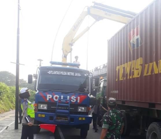 https: img-k.okeinfo.net content 2019 05 21 338 2058281 truk-kontainer-nyangkut-di-cempaka-putih-arus-lalin-ditutup-untuk-evakuasi-HsMHRVm6QX.jpg
