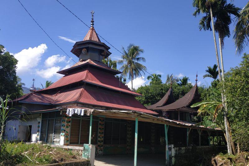https: img-k.okeinfo.net content 2019 05 21 340 2058530 masjid-raya-belimbing-saksi-sejarah-penyebaran-tarekat-syattariyah-yang-masih-tersisa-VPt2lOIN6v.jpg
