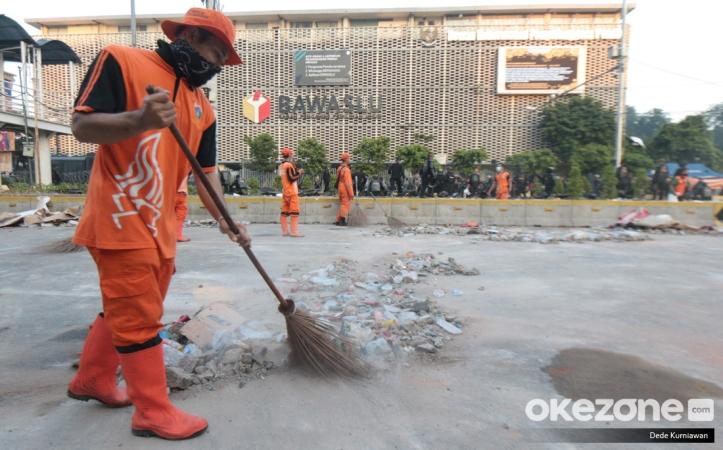 https: img-k.okeinfo.net content 2019 05 23 337 2059346 potret-pasukan-oranye-bersihkan-sampah-sisa-bentrok-di-depan-gedung-bawaslu-2I1Rgo2YX8.jpg