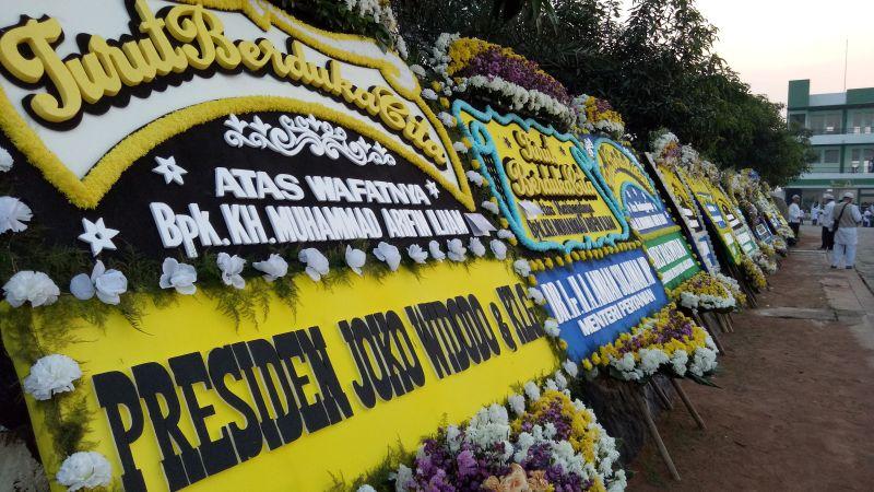 https: img-k.okeinfo.net content 2019 05 23 338 2059600 karangan-bunga-berjajar-di-pemakaman-ustadz-arifin-ilham-dari-jokowi-hingga-anies-baswedan-MH93FdiuwC.jpg