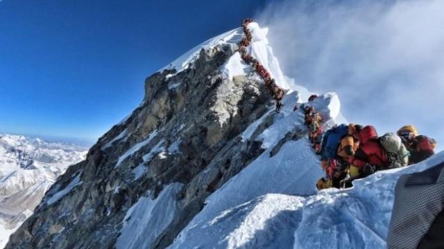 https: img-k.okeinfo.net content 2019 05 24 18 2060093 tiga-pendaki-tewas-akibat-kelelahan-saat-antre-menuju-puncak-gunung-everest-Whpt1d17xq.jpg