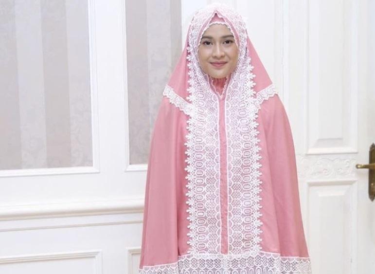 https: img-k.okeinfo.net content 2019 05 26 194 2060535 5-artis-ini-punya-bisnis-mukena-dan-baju-muslim-gatkfLzTiB.jpg