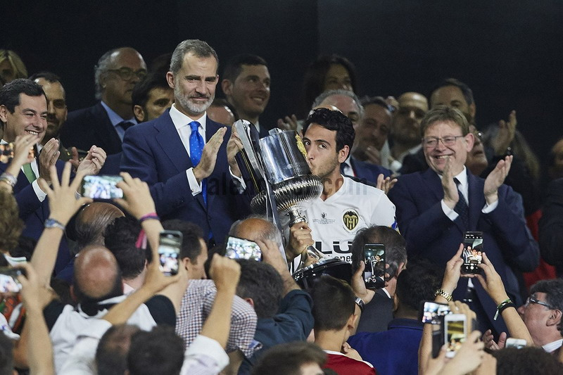 https: img-k.okeinfo.net content 2019 05 26 46 2060570 tekuk-barcelona-di-final-copa-del-rey-pelatih-valencia-ini-prestasi-luar-biasa-5YBuyr2PJq.jpg
