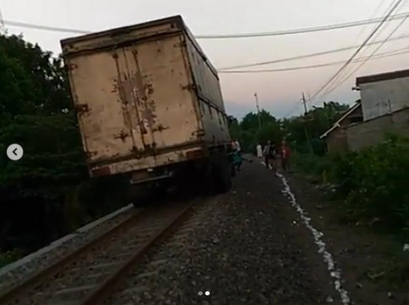 https: img-k.okeinfo.net content 2019 05 27 519 2060672 viral-truk-masuk-jalur-kereta-api-netizen-memang-angker-jalannya-mAF8n6zINl.jpg