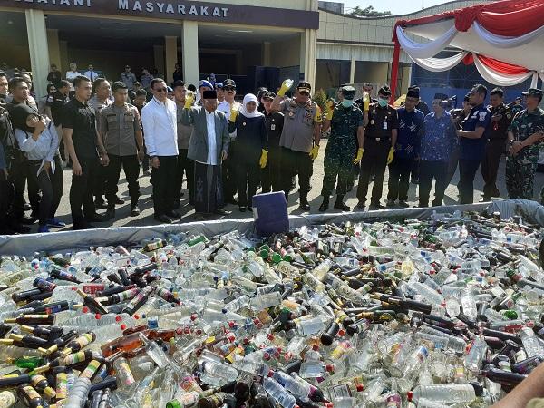 https: img-k.okeinfo.net content 2019 05 28 519 2061256 70-ribu-botol-miras-ilegal-dan-5-5-kg-sabu-dimusnahkan-polda-jatim-hXnx86kqdR.jpg
