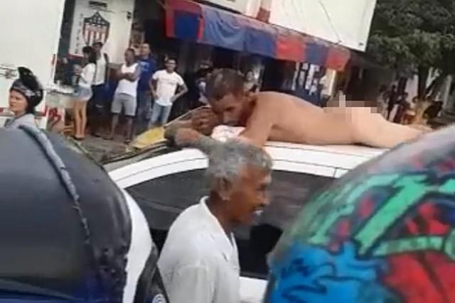 https: img-k.okeinfo.net content 2019 05 29 18 2061836 ketahuan-selingkuh-pria-ini-diarak-telanjang-di-atap-mobil-CmObClz54m.jpg