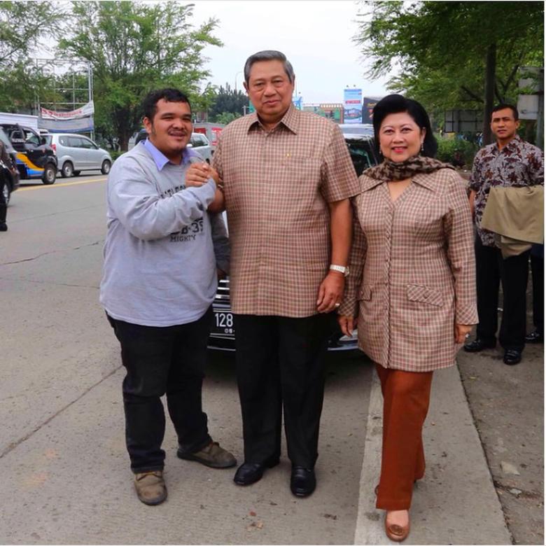 https: img-k.okeinfo.net content 2019 06 01 15 2062895 kenangan-ani-yudhoyono-di-dalam-mercedes-benz-pernah-dipepet-pengendara-motor-CuzR9NLk8P.png