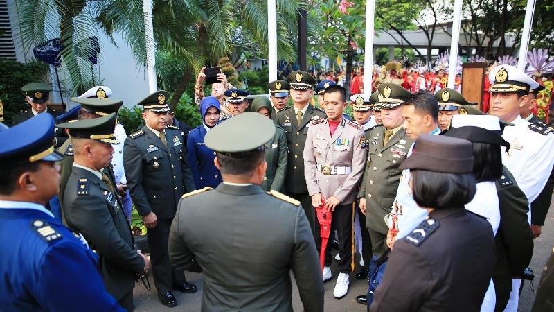 https: img-k.okeinfo.net content 2019 06 02 337 2063077 cerita-polisi-ganteng-jadi-komandan-upacara-di-depan-jokowi-dj7EhoY8wT.jpg