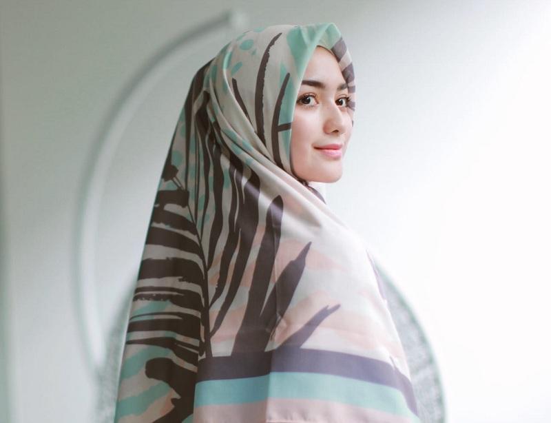 https: img-k.okeinfo.net content 2019 06 05 33 2063947 jemput-hidayah-4-selebriti-ini-putuskan-berhijab-di-2019-4RPKqCU6Uw.jpg