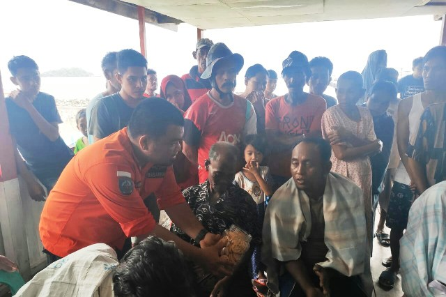 https: img-k.okeinfo.net content 2019 06 08 340 2064571 tim-sar-evakuasi-6-penumpang-kapal-km-dua-putra-yang-tenggelam-2TwCSgJvsf.jpg
