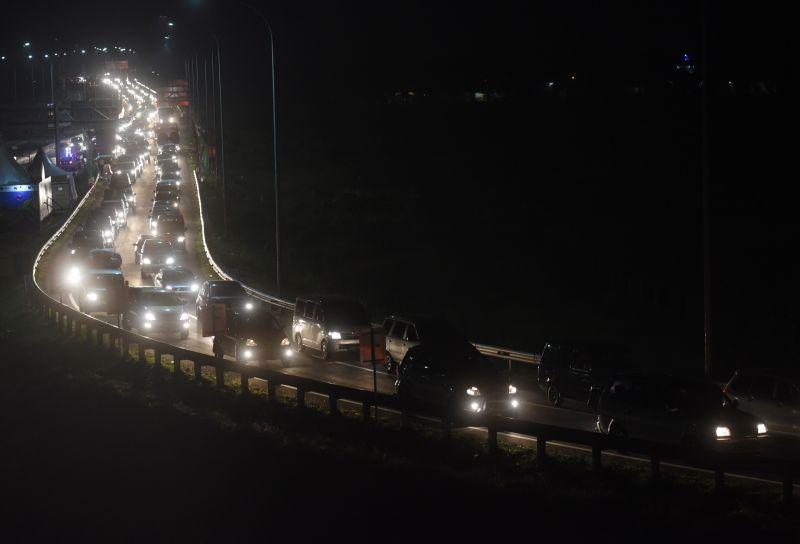 https: img-k.okeinfo.net content 2019 06 08 512 2064626 urai-kemacetan-polisi-berlakukan-one-way-dari-km-439-ungaran-hingga-km-29-cikarang-utama-xQUgedhd5G.jpg