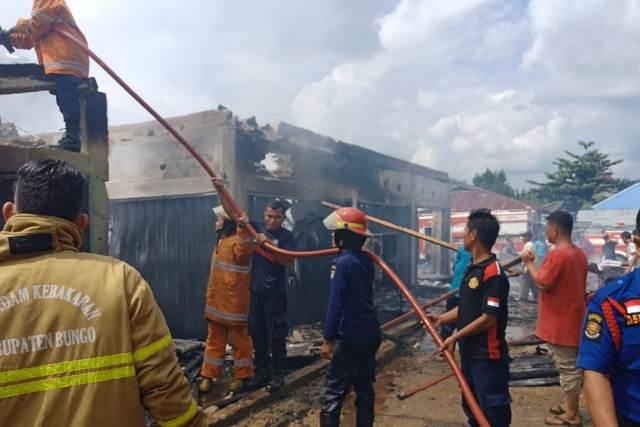 https: img-k.okeinfo.net content 2019 06 09 340 2064744 belasan-kios-pakaian-di-kabupaten-bungo-terbakar-f3OQMwiS0E.jpg
