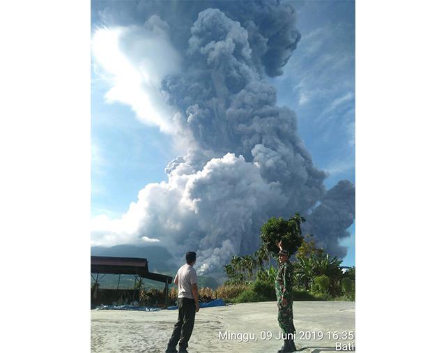 https: img-k.okeinfo.net content 2019 06 09 608 2064752 gunung-sinabung-erupsi-tinggi-kolom-abu-capai-7-000-meter-xSpKPpfoXF.jpg