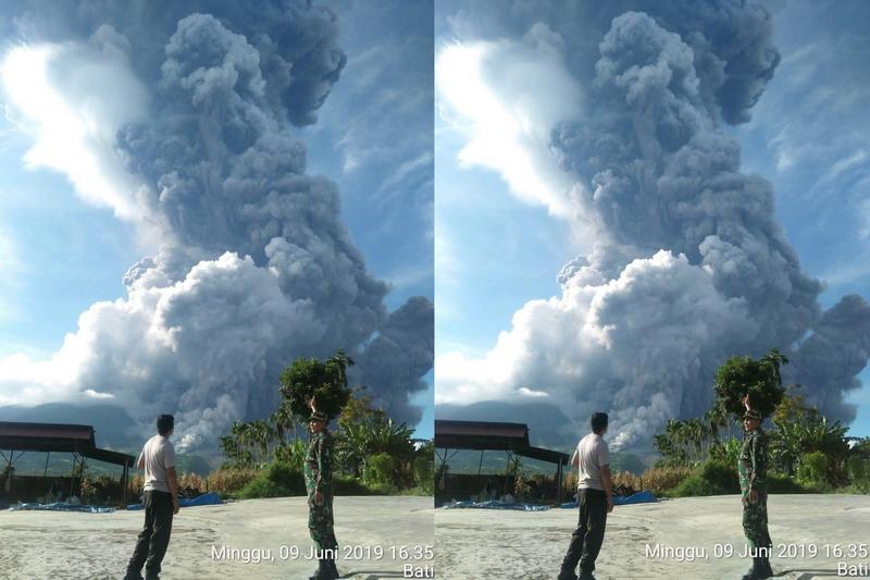 https: img-k.okeinfo.net content 2019 06 09 608 2064761 gunung-sinabung-erupsi-patugas-awan-panas-ke-arah-tenggara-dan-selatan-Rg5MWZhkke.jpg