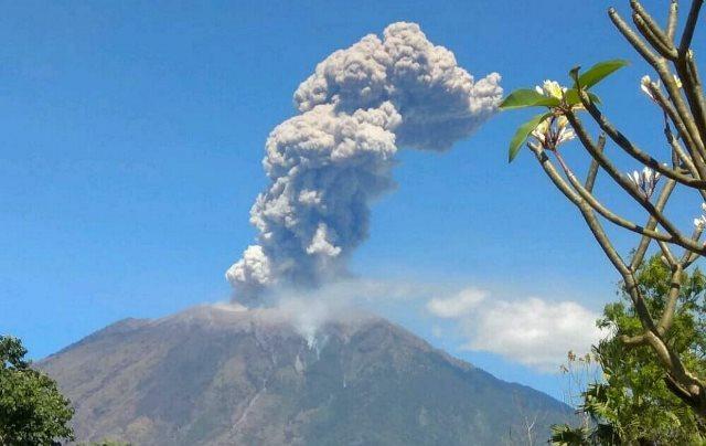 https: img-k.okeinfo.net content 2019 06 10 340 2064920 gunung-agung-erupsi-ketinggian-kolom-abu-capai-1-000-meter-uegDfbvfQN.jpg