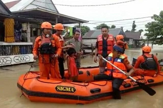 https: img-k.okeinfo.net content 2019 06 11 340 2065232 tim-sar-sisir-warga-terdampak-banjir-1-5-meter-di-wajo-sulsel-ZKCf0UWB2E.jpg