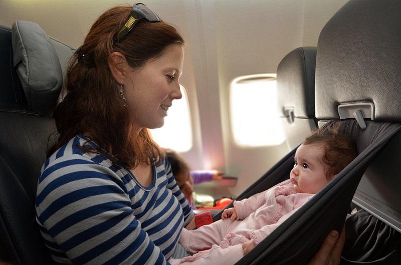 https: img-k.okeinfo.net content 2019 06 11 406 2065171 5-cara-mencegah-bayi-menangis-di-pesawat-Q0Y9WlidI4.jpg