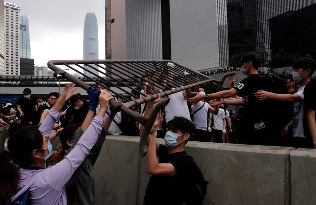https: img-k.okeinfo.net content 2019 06 12 18 2065547 demonstrasi-ruu-ekstradisi-berlanjut-puluhan-ribu-orang-kepung-gedung-pemerintah-hong-kong-CfjyINlmki.jpg