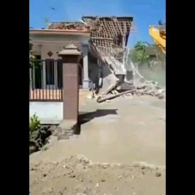 https: img-k.okeinfo.net content 2019 06 12 340 2065792 diduga-istri-selingkuh-pria-ini-rubuhkan-rumahnya-dengan-alat-berat-KAFtG0hIJk.jpg