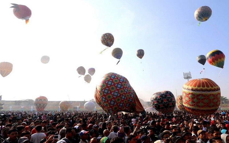 https: img-k.okeinfo.net content 2019 06 13 615 2065962 syawalan-ratusan-balon-udara-hiasi-langit-pekalongan-2NxWfL8oCW.jpg