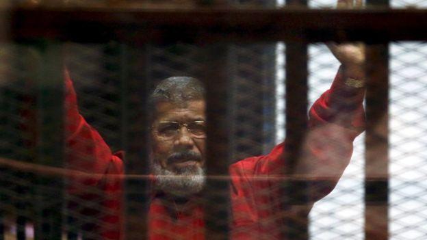 https: img-k.okeinfo.net content 2019 06 18 18 2067638 mantan-presiden-mesir-mohamed-morsi-meninggal-dunia-setelah-pingsan-di-ruang-sidang-mHr8MiEWjL.jpg