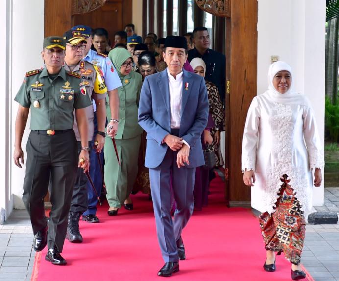 https: img-k.okeinfo.net content 2019 06 20 470 2068776 presiden-jokowi-bagi-bagi-3-000-sertifikat-tanah-di-gresik-c9K6cIEawt.png