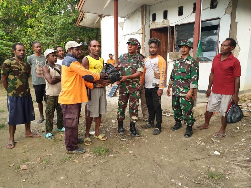 https: img-k.okeinfo.net content 2019 06 22 337 2069740 tni-kirim-bantuan-tim-evakuasi-untuk-korban-gempa-sarmi-selatan-Ps0jqPWq65.jpg
