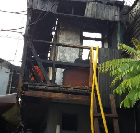 https: img-k.okeinfo.net content 2019 06 24 338 2070249 rumah-di-tamansari-jakbar-terbakar-diduga-akibat-korsleting-listrik-M86vbVwgKU.jpg
