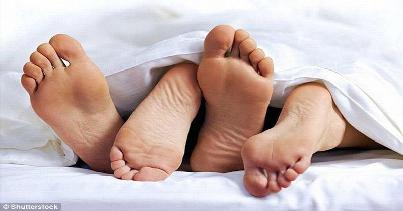 mengenal tubuh pasangan satu sama lain. Atur pula mood dan jangan lupa foreplay sebelum penetrasi.