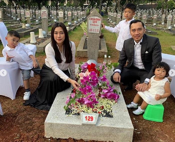 https: img-k.okeinfo.net content 2019 06 25 196 2070665 posting-foto-berziarah-ke-makam-ani-yudhoyono-ibas-dan-keluarga-dihujat-netizen-COIzvuY6CV.jpg