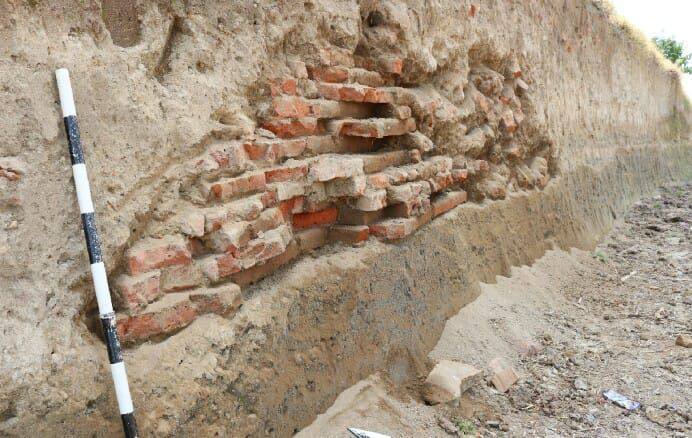 https: img-k.okeinfo.net content 2019 06 25 519 2070700 struktur-bangunan-kuno-kembali-ditemukan-di-jombang-diduga-peninggalan-kerajaan-majapahit-XBbSDwjcYa.jpg