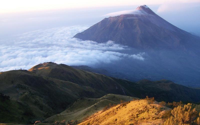 https: img-k.okeinfo.net content 2019 06 26 519 2071200 cuaca-ekstrem-puncak-gunung-lawu-bersuhu-minus-4-derajat-MqYw1DNq4R.jpg