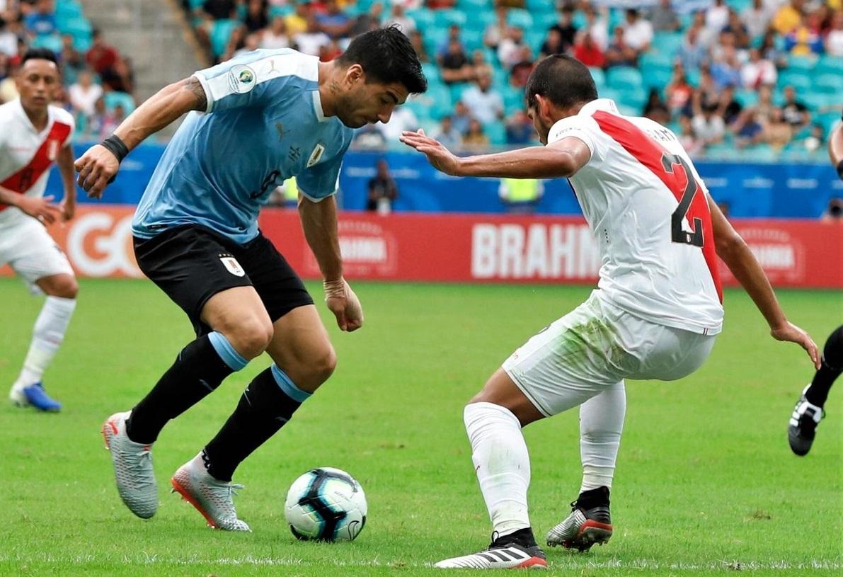 https: img-k.okeinfo.net content 2019 06 30 51 2072714 suarez-gagal-penalti-timnas-uruguay-disingkirkan-peru-dari-copa-america-2019-ofd8P45rKs.jpg